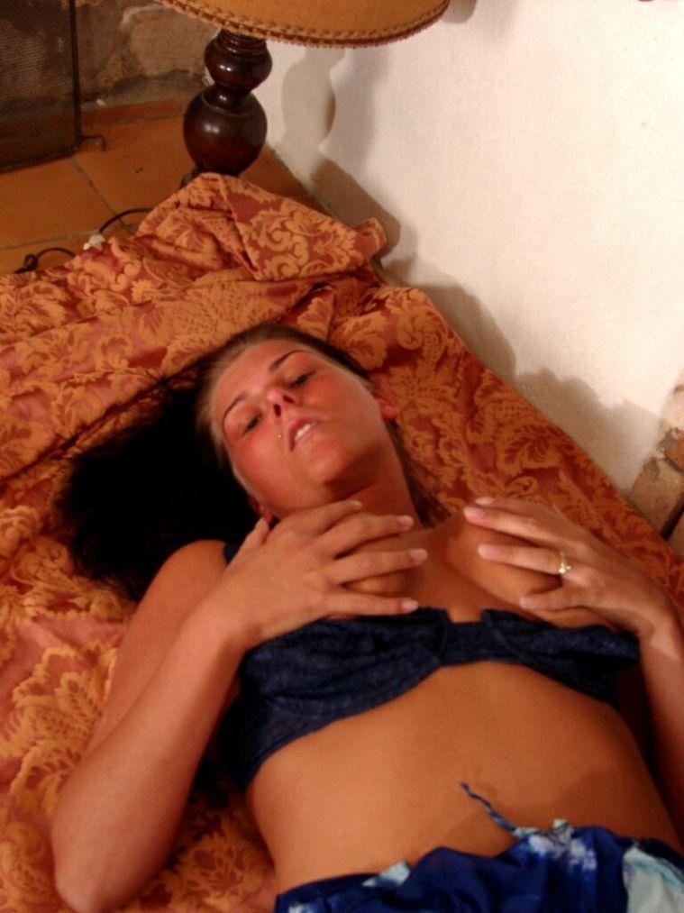 Brünette Frau fast sich an ihre großen Brüste